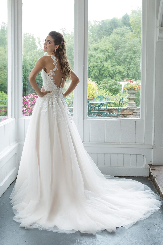 dbdfbded2dc1 Questo abito da sposa di linea ad A è perfetto per ogni fisico. Ha  scollatura all americana con pizzo effetto illusion